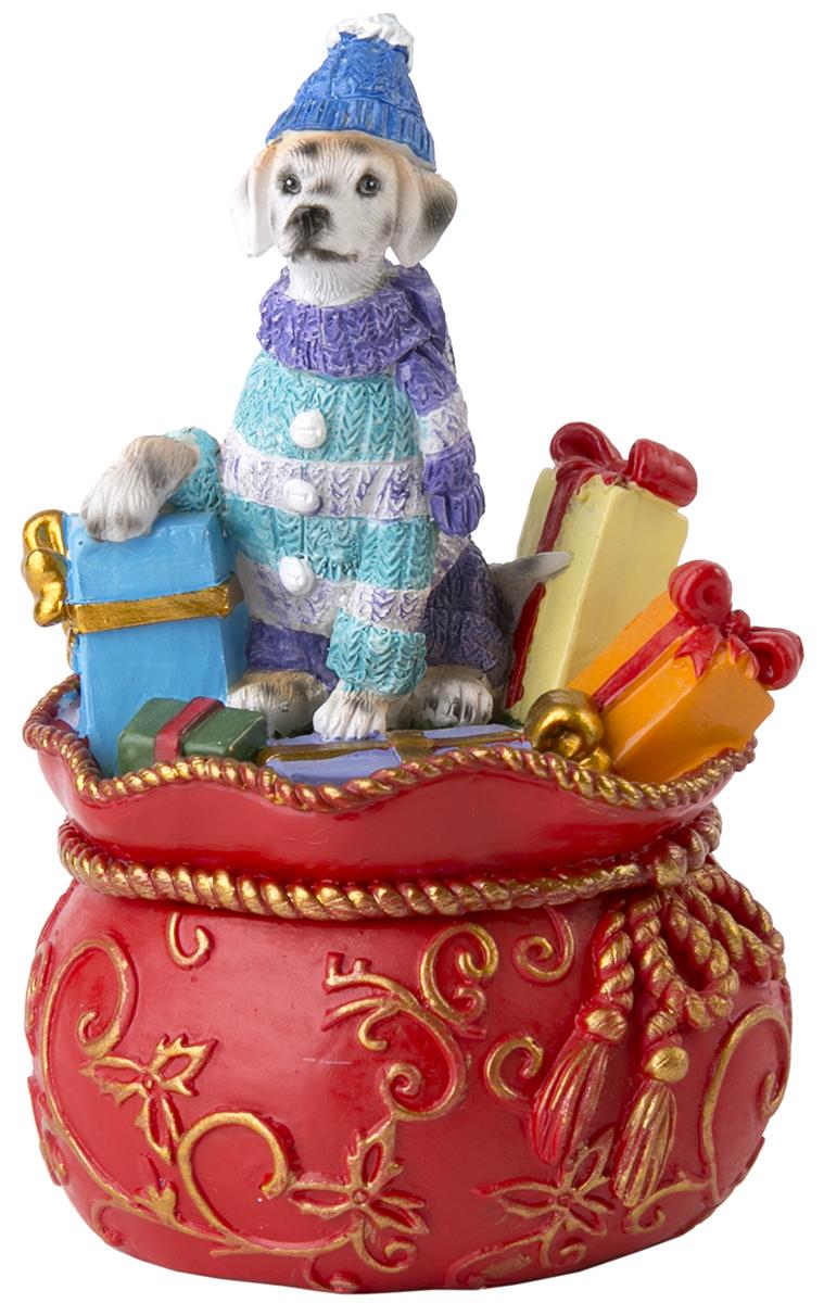Шкатулка декоративная Magic Time Собака на мешке с подарками. 7554575545Оригинальная шкатулка Magic Time Собака на мешке с подарками, изготовленная из полирезина, не оставит равнодушным ни одного любителя оригинальных вещей.Изделие украшено блестками, на крышке расположена фигурка петушка.Шкатулка Magic Time Собака на мешке с подарками станет отличным подарком вашим друзьям и близким.