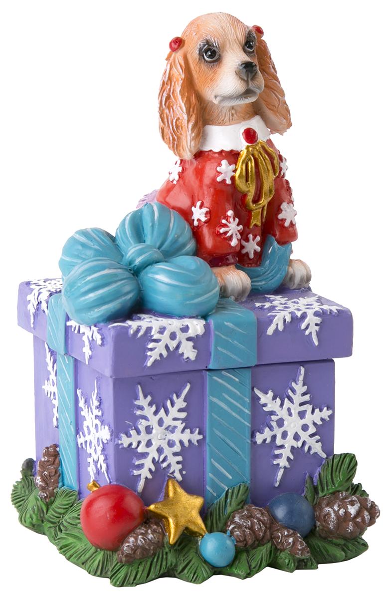 Шкатулка декоративная Magic Time Собака и подарок с бантом. 7554875548Оригинальная шкатулка Magic Time Собака и подарок с бантом, изготовленная из полирезина, неоставитравнодушным ни одного любителя оригинальных вещей. Изделие украшено блестками, на крышке расположена фигурка петушка.Шкатулка Magic Time Собака и подарок с бантом станет отличным подаркомвашим друзьям и близким.