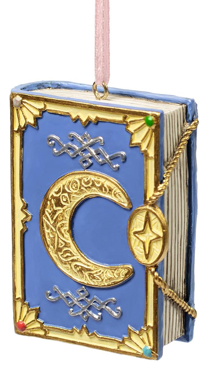 Украшение новогоднее подвесное Magic Time Лунная Книга. 7556675566Оригинальное новогоднее украшение Magic Time выполнено из полирезины в виде книги. Спомощью специальной петельки украшениеможно повесить в любом понравившемся вам месте. Но,конечно же, удачнее всего такая игрушка будетсмотреться на праздничной елке.Новогодние украшения приносят в дом волшебство иощущение праздника. Создайте в своем доме атмосферувеселья и радости, украшая всей семьей новогоднююелку нарядными игрушками, которые будут из года в годнакапливать теплоту воспоминаний.