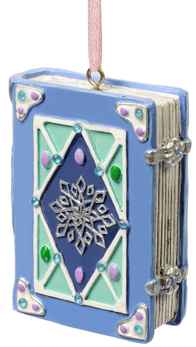 Украшение новогоднее подвесное Magic Time Книга Зимы. 7556875568Оригинальное новогоднее украшение Magic Time выполнено из полирезины в виде книги. С помощью специальной петельки украшение можно повесить в любом понравившемся вам месте. Но, конечно же, удачнее всего такая игрушка будет смотреться на праздничной елке. Новогодние украшения приносят в дом волшебство и ощущение праздника. Создайте в своем доме атмосферу веселья и радости, украшая всей семьей новогоднюю елку нарядными игрушками, которые будут из года в год накапливать теплоту воспоминаний.
