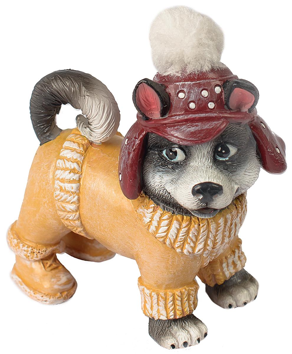 Фигурка декоративная Magic Time Собачка в бежевом комбинезоне. 7557675576Фигурка декоративная Magic Time, выполненная из полирезины, станет оригинальным подарком для всех любителей необычных вещей. Она выполнена в виде собаки. Изысканный сувенир станет прекрасным дополнением к интерьеру. Вы можете поставить фигурку в любом месте, где она будет удачно смотреться и радовать глаз.