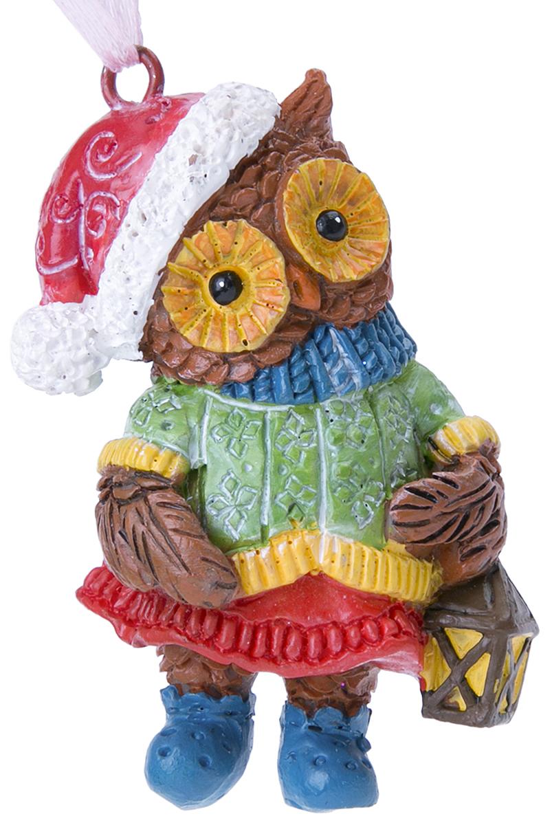 Украшение новогоднее подвесное Magic Time Совушка с фонарем. 7561775617Оригинальное новогоднее украшение Magic Time выполнено из полирезины в виде совы с фонарем. С помощью специальной петельки украшение можно повесить в любом понравившемся вам месте. Но, конечно же, удачнее всего такая игрушка будет смотреться на праздничной елке. Новогодние украшения приносят в дом волшебство и ощущение праздника. Создайте в своем доме атмосферу веселья и радости, украшая всей семьей новогоднюю елку нарядными игрушками, которые будут из года в год накапливать теплоту воспоминаний.