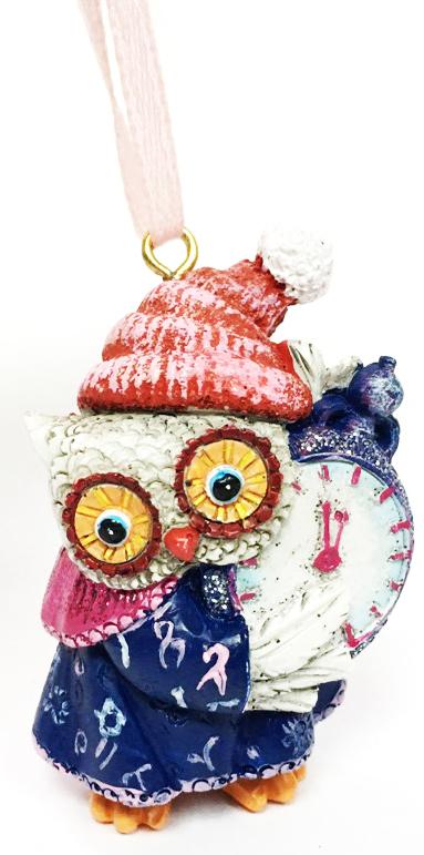 Украшение новогоднее подвесное Magic Time Совушка с часами. 7562075620Оригинальное новогоднее украшение Magic Time выполнено из полирезины в виде совы с часами. С помощью специальной петельки украшение можно повесить в любом понравившемся вам месте. Но, конечно же, удачнее всего такая игрушка будет смотреться на праздничной елке. Новогодние украшения приносят в дом волшебство и ощущение праздника. Создайте в своем доме атмосферу веселья и радости, украшая всей семьей новогоднюю елку нарядными игрушками, которые будут из года в год накапливать теплоту воспоминаний.