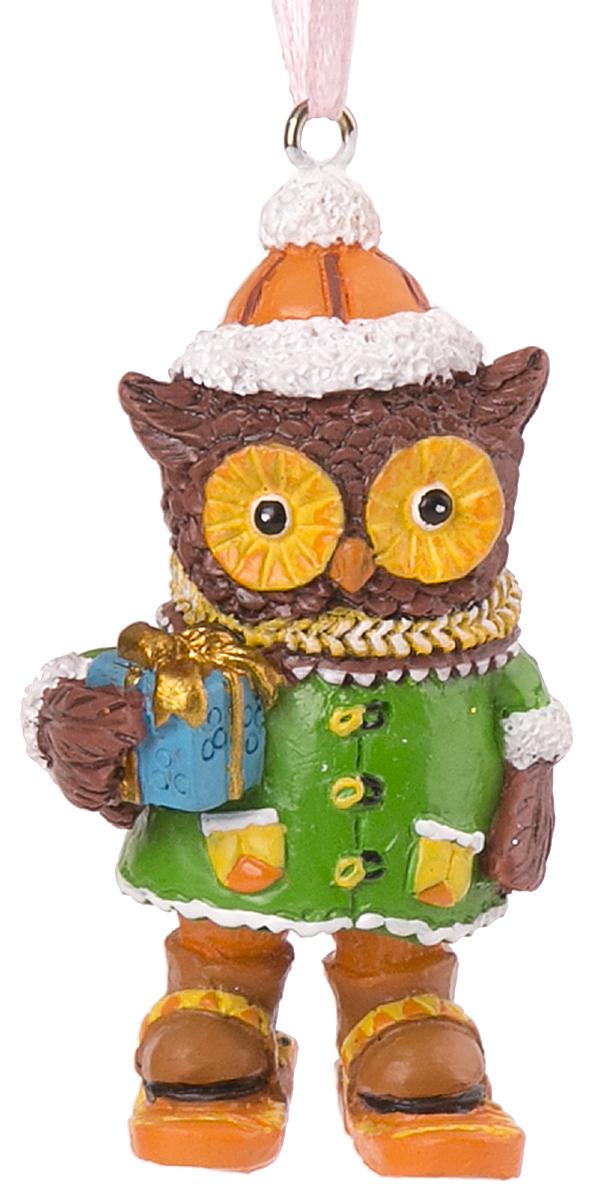 Украшение новогоднее подвесное Magic Time Совушка на лыжах. 7562275622Оригинальное новогоднее украшение Magic Time выполнено из полирезины в виде совы на лыжах. С помощью специальной петельки украшение можно повесить в любом понравившемся вам месте. Но, конечно же, удачнее всего такая игрушка будет смотреться на праздничной елке. Новогодние украшения приносят в дом волшебство и ощущение праздника. Создайте в своем доме атмосферу веселья и радости, украшая всей семьей новогоднюю елку нарядными игрушками, которые будут из года в год накапливать теплоту воспоминаний.