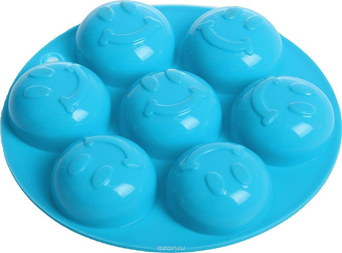 Форма для льда и шоколада Доляна, 7 ячеек, цвет: бирюзовый, диаметр 13,5 см1540899Фигурная форма для льда и шоколада Доляна выполнена из пищевого силикона, который не впитывает запахов, отличается прочностью и долговечностью. Материал полностью безопасен для продуктов питания. Кроме того, силикон выдерживает температуру от -40°С до +250°С. Благодаря гибкости материала готовый продукт легко вынимается и не крошатся. Лед получается идеальной формы. С силиконовыми формами для льда легко фантазировать и придумывать новые рецепты. В формах можно заморозить сок или приготовить мини порции мороженого, желе, шоколада или другого десерта. Особенно эффектно выглядят льдинки с замороженными внутри ягодами или дольками фруктов. Заморозив настой из трав, можно использовать его в косметологических целях.Форма легко отмывается, в том числе в посудомоечной машине. Можно использовать в духовом шкафу и морозильной камере.Общий размер формы: 13,5 х 13,5 х 2 см.Диаметр ячейки: 4 см.