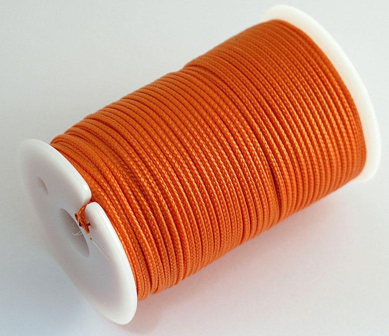 Шнур полиамидный Solaris S6302, на катушке, цвет: оранжевый, 1,8 мм х 40 мS6302oПрочный многоцелевой плетёный шнур из полиамида, выдерживает нагрузку на разрыв 60 кг. Для удобства использования шнур намотан на катушку, на торце катушки есть прорезь для фиксации свободного конца шнура. Диаметр шнура 1,8 мм, длина 40 метров. Свойства и конструкция полиамидного шнура:Стойкость к солнечному излучению (ультрафиолет), влаге, истиранию, воздействию насекомых. Не подвержен гниению и плесени. Диапазон рабочих температур от -60 до +120 °С. Шнур диаметром 1,8 мм состоит из сердечника и двенадцати плотно сплетённых прядей. Благодаря такой надёжной конструкции шнур не расплетается при повреждении одной или даже нескольких прядей. Сферы применения полиамидного шнура: - Туризм, рыбалка, охота: Ремонт орудий лова, палаток, тентов, туристического снаряжения. Применяется для оснастки лодок, развешивания рыбы для сушки. Изготовление силков, снегоступов и т.п. Дачное и домашнее хозяйство, для офиса: Подвязывание рассады, разметка участка. В качестве бельевого шнура, для крепления штор, картин и т.п. Упаковка коробок, вещей. Прошивка документов.
