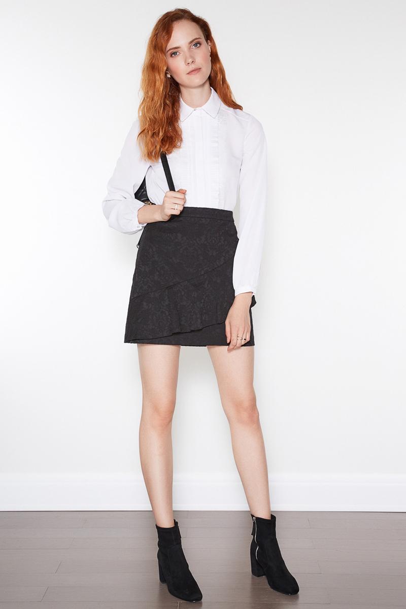 Блузка женская Concept Club Klod, цвет: молочный. 10200260185. Размер XS (42)10200260185Стильная женская блузка Concept Club, выполненная из полиэстера, подчеркнет ваш уникальный стиль и поможет создать оригинальный женственный образ. Модель зауженного кроя с отложным воротником застегивается на пуговицы. Длинные рукава блузки дополнены манжетами на пуговицах. Блузка оформлена вдоль планки рюшами.