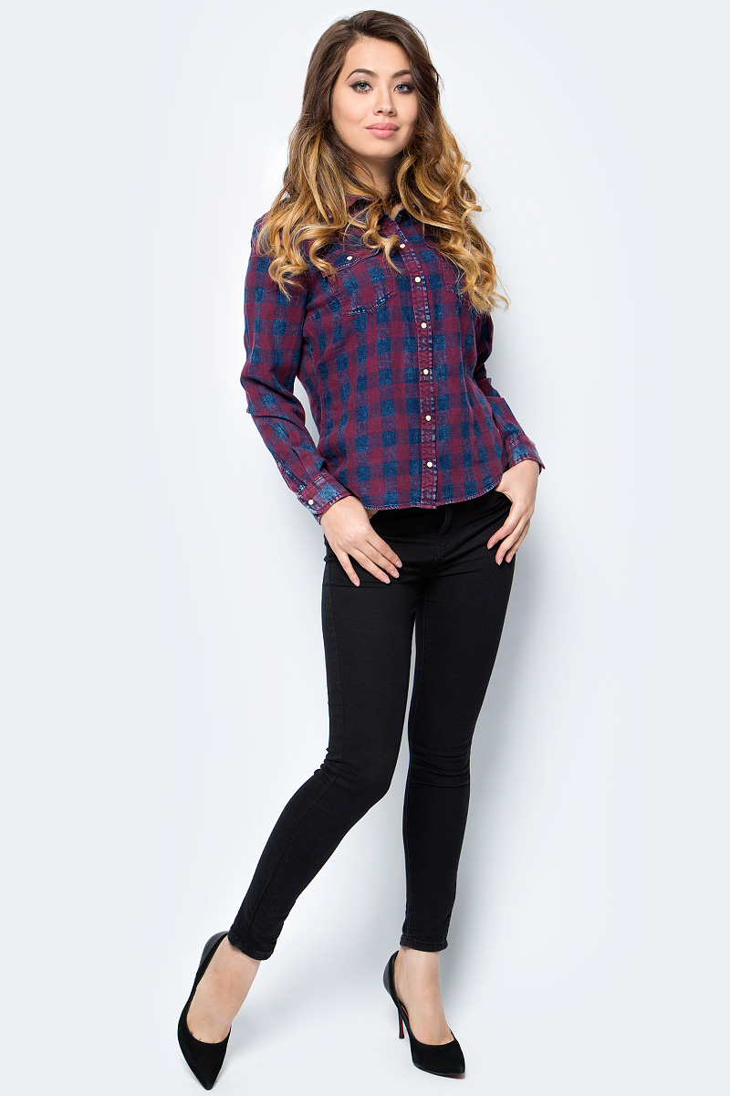 Рубашка женская Only, цвет: бордовый, темно-синий. 15138184_Dark Blue Denim. Размер 40 (46)15138184_Dark Blue DenimСтильная женская рубашка Only разнообразит ваш повседневный гардероб. Модель приталенного кроя с удлиненной спинкой и отложным воротничком выполнена из натурального хлопка и застегивается на кнопки. Манжеты длинных рукавов также дополнены кнопкой. На полочке расположены два накладных кармана с клапанами на кнопках. Модель подойдет для офиса, прогулок и дружеских встреч и будет отлично сочетаться с джинсами и брюками, а также гармонично смотреться с юбками.