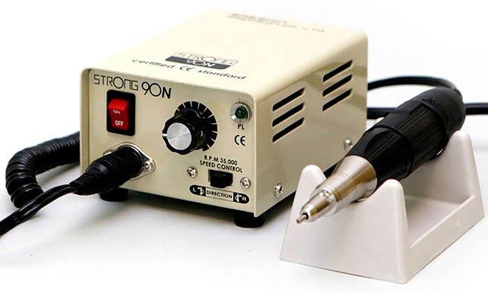Saeshin Strong 90N/102 аппарат для маникюра и педикюра (без педали с сумкой)769Компактный аппарат для проведения процедур маникюра, педикюра и наращивания ногтей Saeshin Strong 90N/102 имеет надежный зажим, который позволяет оперативно поменять фрезу и гарантирует возможность ее поворота. Мощность аппарата в 64 Ватта и скорость вращения 35000 оборотов в минуту позволяет использовать его для маникюра и педикюра.Наконечник Strong имеет специальный воздухозаборник для охлаждения микромотора. Ручка не нагревается, электромотор может работать в несколько смен без остановки. Конструкция микромотора включает 4подшипника, не допускающих вибрации фрезы при обработке поверхности ногтевой пластины. Обработанная поверхность становится идеально ровной!Saeshin Strong 90N/102 обладает возможностью вращения в обе стороны, что позволяет использовать фрезы с реверсивной насечкой. Аппарат имеет встроенную функцию отключения при перегрузке, защищающей устройствоот выхода из строя.Конструкция маникюрного аппарата и наконечника Saeshin Strong 90N/102 специально разработаны для использования в салонах красоты с большой проходимостью и рассчитаны на работу по 12 часов и более.
