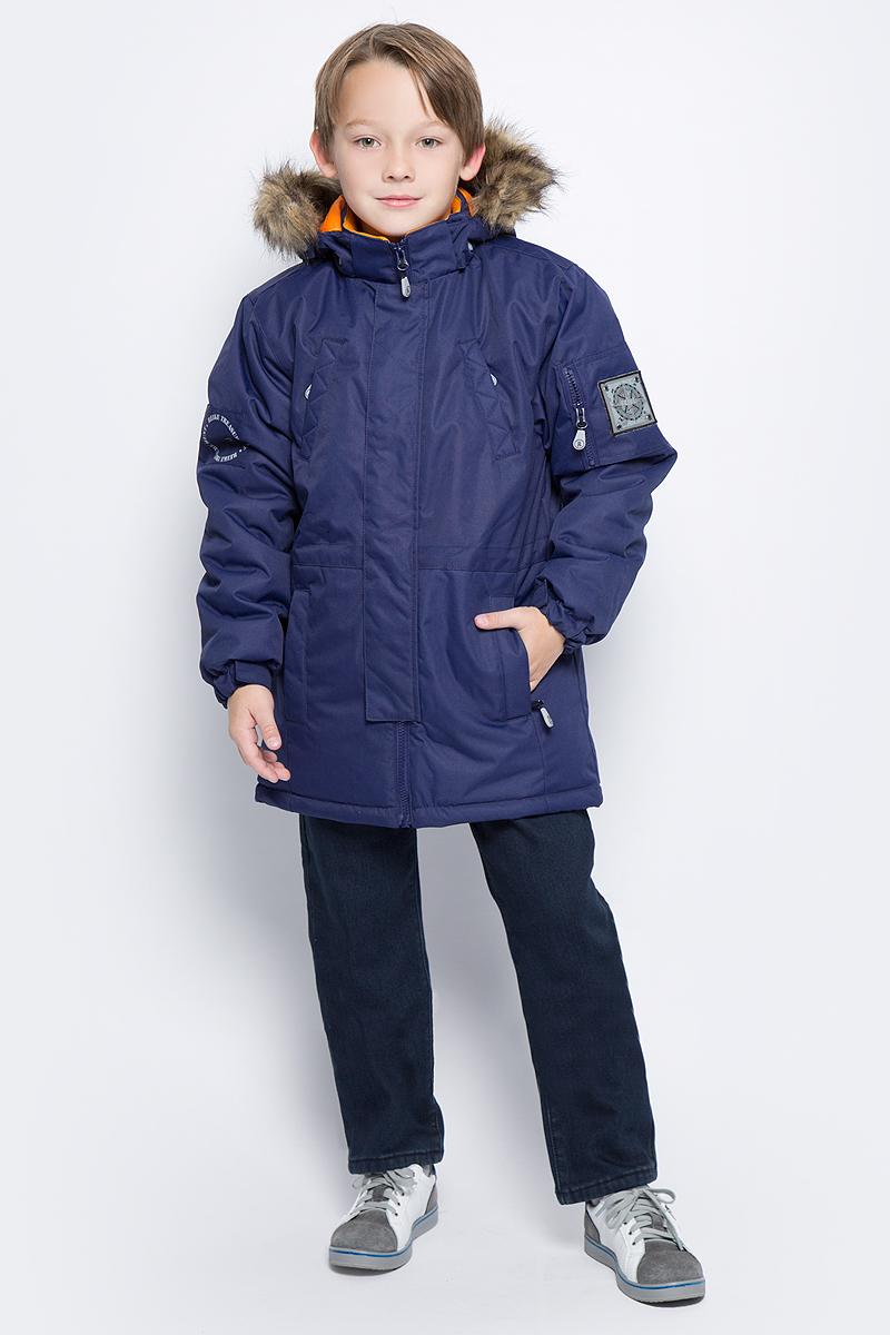Куртка для мальчика Reike, цвет: темно-синий. 39222220_navy. Размер 13439222220_navyКуртка для мальчика Reike изготовлена из ветрозащитного, водоотталкивающего, дышащего мембранного материала. Подкладка выполнена из принтованного полиэстера, на спинке и воротнике вставки из микрофлиса. Куртка дополнена съемным регулирующимся капюшоном с меховой опушкой, пятью карманами на молнии и светоотражающим элементом в виде логотипа Reike. Манжеты дополнены утяжкой на липучке, пояс оснащен потайной утяжкой. Ветрозащитная планка на кнопках не допускает проникновение холодного воздуха. Базовый уровень. Коэффициент воздухопроницаемости куртки: 2000гр/м2/24 ч. Водоотталкивающее покрытие: 2000 мм.
