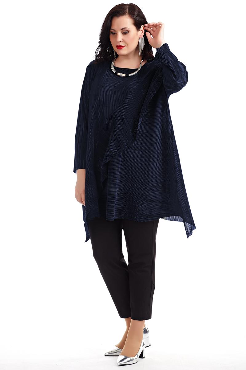 Блузка женская Averi, цвет: синий. 1362_029. Размер 54 (58)1362_029Графичная удлинённая блузка из гофрированной ткани свободной формы, с цельнокроеным рукавом. Перед выполнен с широким воланом и асимметричным низом. Округлый вырез горловины завершает собой игру простых чистых линий кроя. Очаровательная модель, невероятно легкая и воздушная. Цвет, в котором выполнена блузка, подчёркивает гармонию линий и сдержанный шик модели. Отличный вариант для офиса и вечернего гардероба.