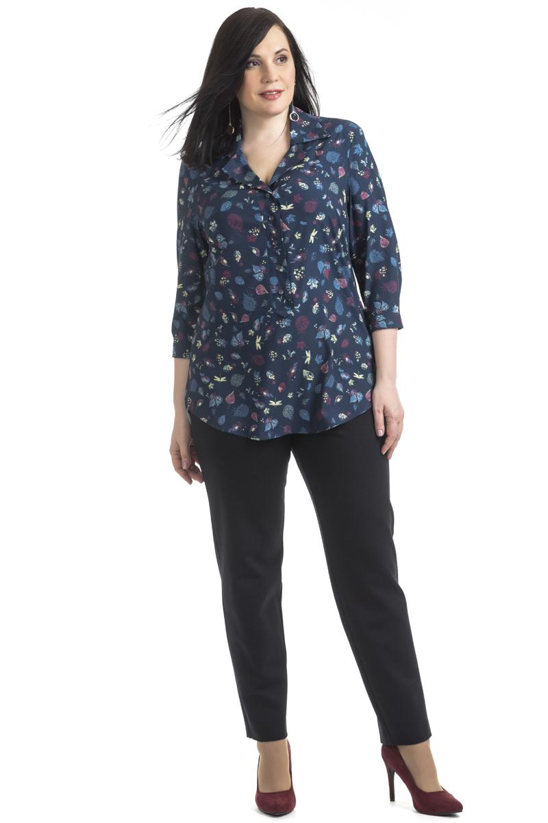Блузка женская Averi, цвет: темно-синий. 1359_625. Размер 62 (66)1359_625Удлинённая блузка имеет прямой крой и 3/4 рукав. Очаровательная модель, яркая и очень нежная, невероятно легкая и воздушная, оформлена оригинальным принтом. Застежка-поло на пуговицах, воротник отложной.