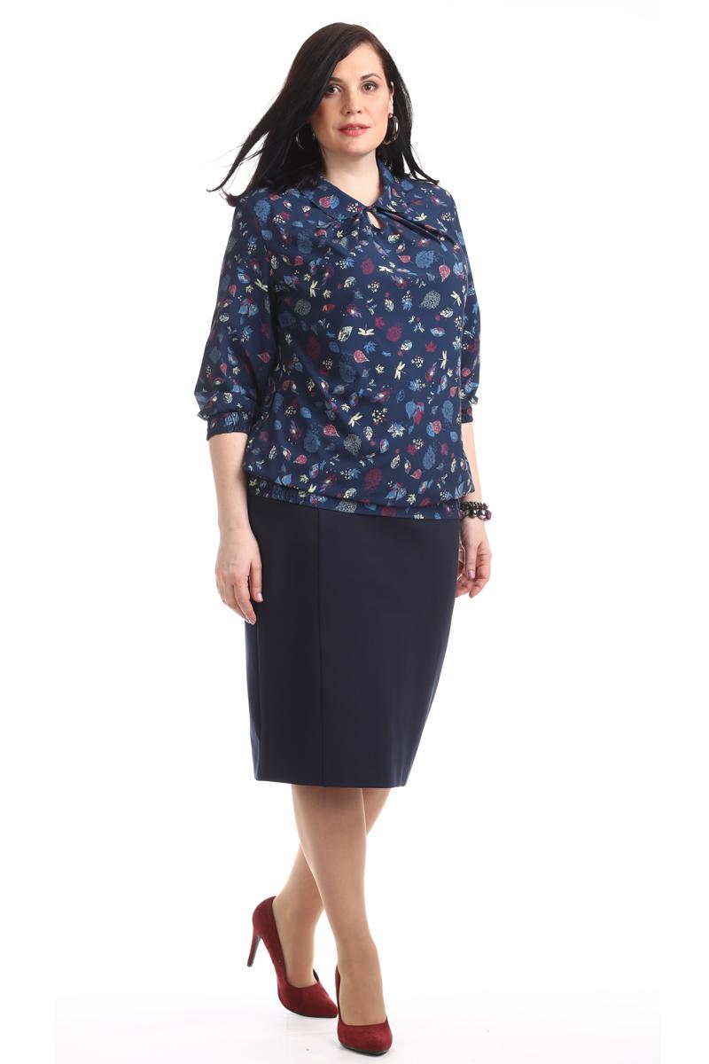 Блузка женская Averi, цвет: темно-синий. 1360_625. Размер 54 (58)1360_625Женственная блузка прямого силуэта с рукавом 3/4. Очаровательная модель, яркая и очень нежная, невероятно легкая и воздушная, оформлена оригинальным принтом. Горловина с закругленным воротником, вырез в форме капли с застежкой на пуговицу, мягкие складки на груди. Низ рукавов и низ модели собраны на резинки, образуя красивый напуск и комфортную посадку на фигуре. Такой фасон подходит для фигуры любого типа, скрывает возможные несовершенства, подчеркивает достоинства.