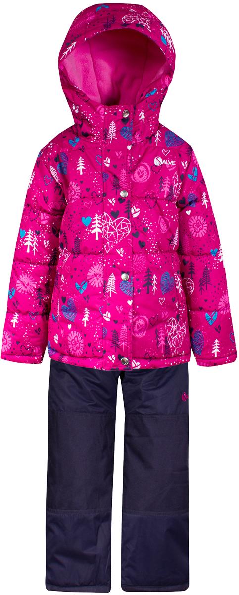 Комплект верхней одежды для девочки Salve by Gusti, цвет: фуксия. SWG 4653-FUSCHIA. Размер 104SWG 4653-FUSCHIAТкань верха куртки: Мембрана с коэффициентом водонепроницаемости 2000 мм и коэффициентом паропроницаемости 2000 г/м2, одежда ветронепродуваемая. Благодаря тонкому полиуретановому напылению изнутри не промокает даже при сильной влаге, но при этом дышит (защита от влаги не препятствует циркуляции воздуха). Плотность ткани Т190 обеспечивает высокую износостойкость. Утеплитель: Тек-Полифилл (Tech-Polyfil) - 283г/м2, силиконизированый полиэстер изготовленный по новейшим технологиям, удерживает тепло при температуре до -30 С. Очень мягкий , создающий объем для сохранения тепла, более плотный на груди и спине (283г/м2) и менее плотный на рукавах (230г/м2). Высокоэффективный, обладающий повышенной устойчивостью к сжатию (после стирки в стиральной машине изделие достаточно встряхнуть), обеспечивающий хорошую вентиляцию, обладающий прекрасным, теплоизолирующими свойствами синтетический материал. Главные преимущества Тек-Полифила – одежда более пушистая на ощупь и менее тяжелое по весу. Подкладка: Высокотехнологичный флис COOLQUICK. Специальное кручение нитей позволяет ткани максимально впитывать влагу и увеличивать испаряемость с поверхности, т.е. выпустить пар, но не пропускает влагу снаружи, что обеспечивает комфорт даже при высоких физических нагрузках. Этот материал ранее был разработан специально для спортсменов, которые испытывали сильные нагрузки во время активного движения, а теперь принес комфорт и тепло в нашу повседневную жизнь. Это особенно важно для детей, когда они гуляют на свежем воздухе, чтобы тело всегда оставалось сухим и теплым. В этой одежде им будет тепло в течение длительного времени и нет необходимости надевать теплый свитер. Ткань верха полукомбинезона: Таслан ( Taslan )- мембрана с коэффициентом водонепроницаемости 2000 мм и коэффициентом паропроницаемости 2000 г/м2, одежда ветронепродуваемая. Благодаря тонкому полиуретановому напылению изнут