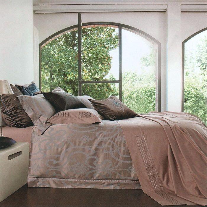 """Роскошный комплект постельного белья """"Soft Line"""" выполнен из качественного плотного бамбука и украшен оригинальным рисунком. Комплект состоит из пододеяльника, простыни и двух наволочек. Постельное белье """"Soft Line"""" подобно облаку сочетает в себе плотность цвета и безграничную нежность фактуры. Это белье обладает волшебной практичностью, а потому оказываться на седьмом небе станет вашим привычным занятием. Доверьте заботу о качестве вашего сна высококачественному натуральному материалу.  Советы по выбору постельного белья от блогера Ирины Соковых. Статья OZON Гид"""