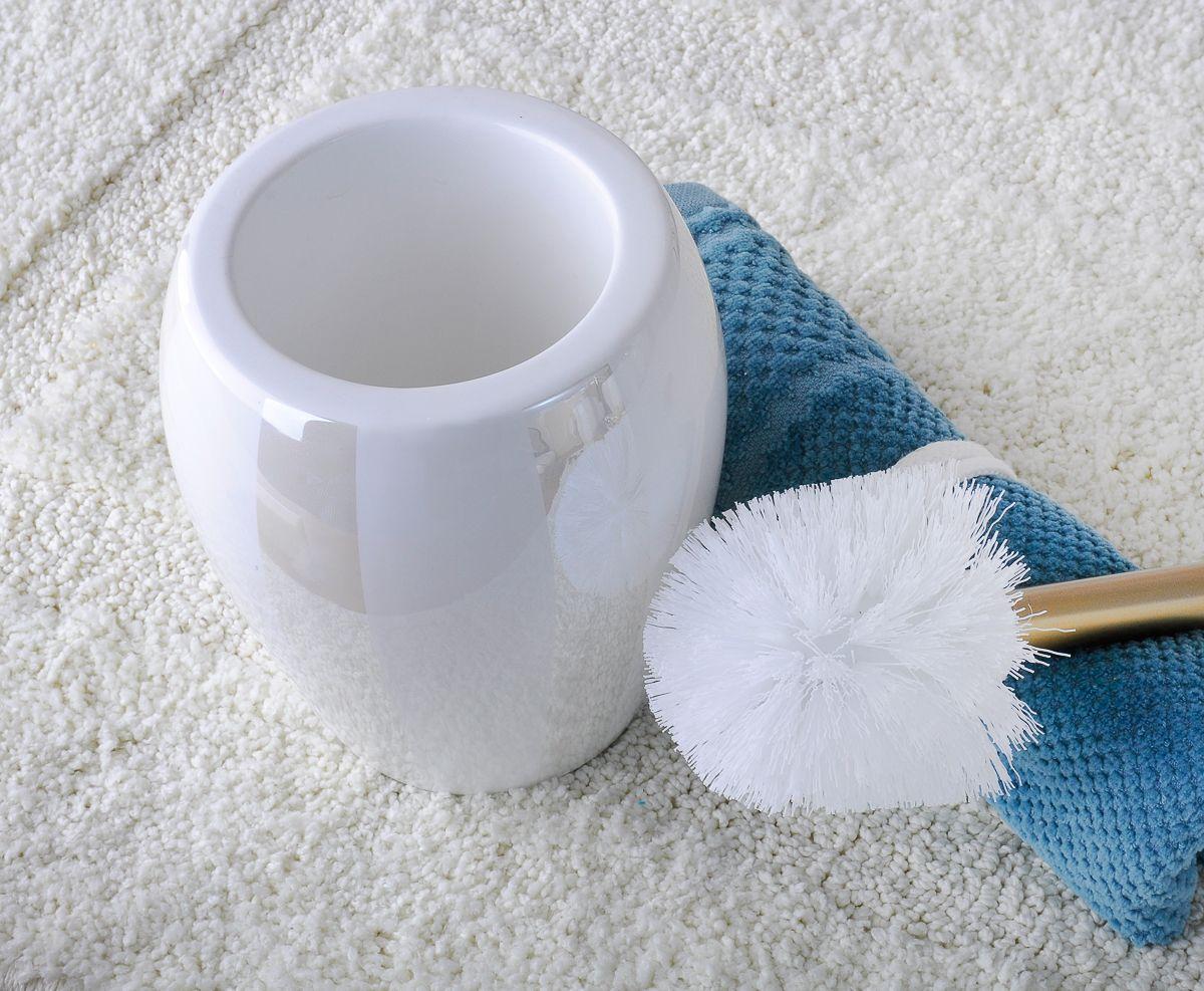 Благородный блеск перламутровой деколи, нанесенной на белоснежную керамическую поверхность ершика, и простые формы придают новое звучание интерьеру ванной комнаты, созданному под влиянием классического стиля.