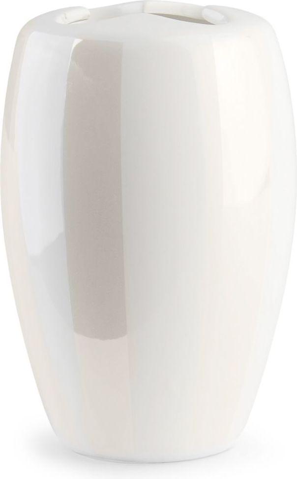 Благородный блеск перламутровой деколи, нанесенной на белоснежную керамическую поверхность стакана для зубных щеток, и простые формы придают новое звучание интерьеру ванной комнаты, созданному под влиянием классического стиля.