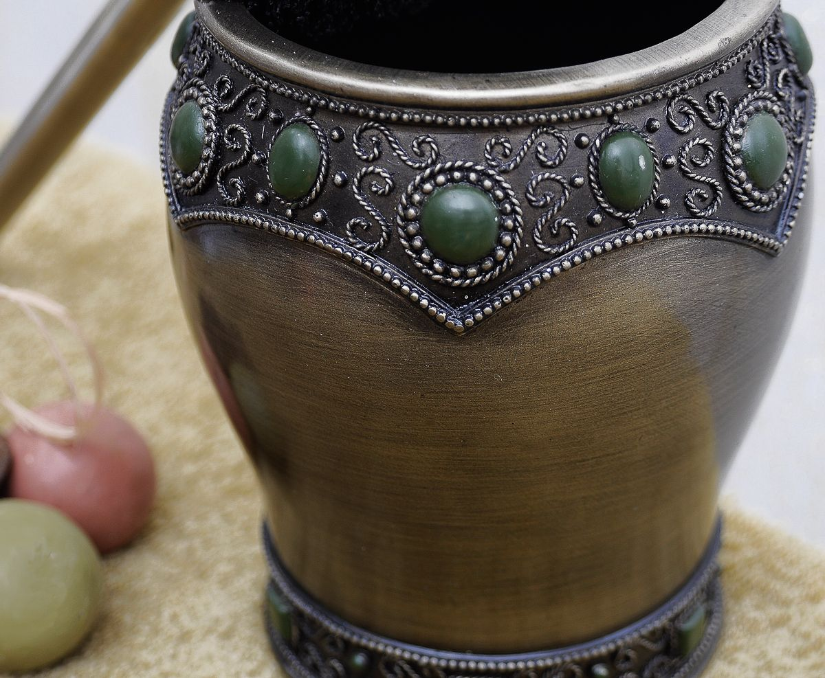"""Выполненный в восточном стиле ершик """"Fudjeira"""" богато украшен декоративными элементами. Ершик в сочетании с другими предметами коллекции позволит создать интерьер с нотками загадочности и величественности."""