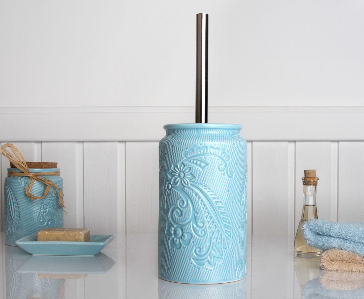 Ершик спокойного голубого цвета станет оригинальным дополнением интерьера. Под стать всей коллекции, ершик выполнен из керамики с изящным рельефным рисунком. Такой туалетный ершик не бросается в глаза, но вместе с другими аксессуарами он становится частью законченного дизайна ванной комнаты или туалета. Щетка ерша для унитаза обладает качественной щетиной черного цвета и металлической рукояткой оптимальной длинны.