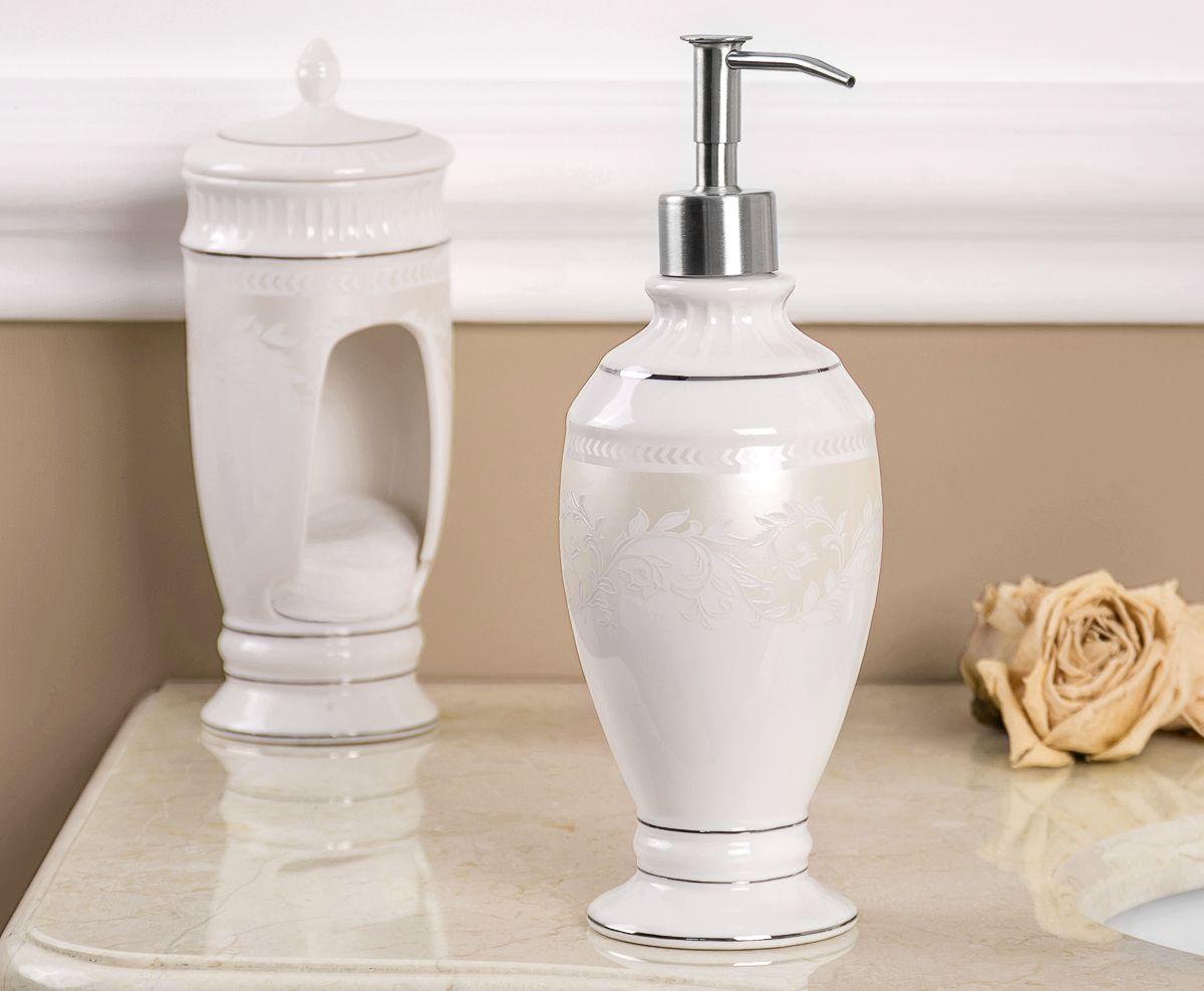 Этот дозатор для жидкого мыла выполнен в классическом стиле. Утонченные, изящные формы в сочетании с нежными линиями деколя создают законченный образ ванной комнаты, привлекая своей изысканностью. Светлая цветовая гамма подчеркивает элегантность аксессуара.