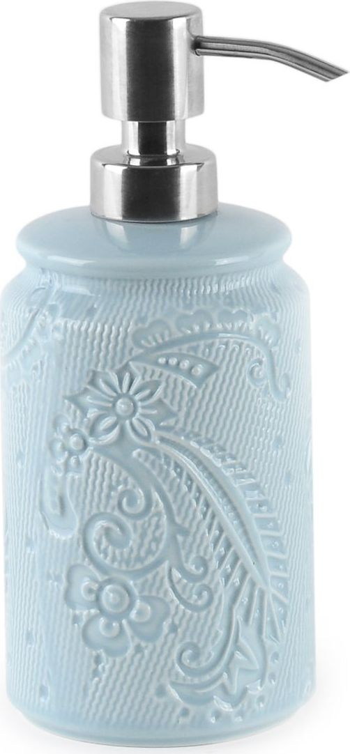Дозатор для жидкого мыла нежно голубого цвета станет прекрасным выбором для ценителей изящных форм в интерьере. Рисунок на керамической части дозатора напоминает собой легкий морозный узор. Дозатор такого размера удобно наполнять жидким мылом и легко разместить даже на раковине.