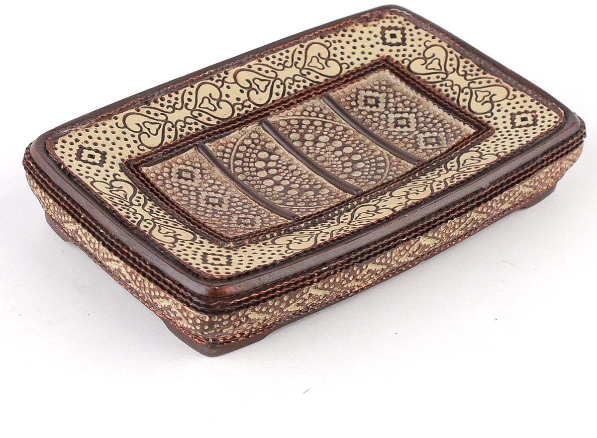 Мыльница Wess Zelidzh, цвет: коричневый. G88-77G88-77Изящный орнамент, напоминающий отделку дворцов в Марокко, гармоничное сочетание пастельных тонов делают мыльницу великолепным дополнением интерьеров в стиле ар-деко, восточном стиле или просто интерьера в светлых тонах.