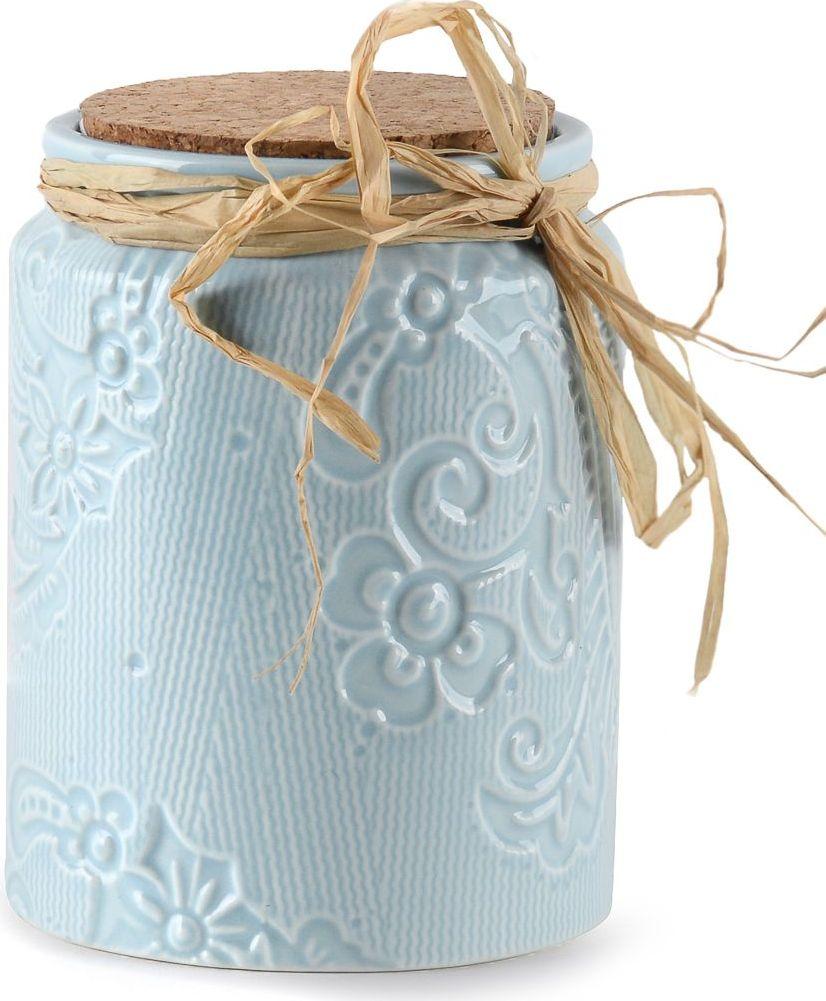 Удобный небесно-голубой контейнер для ватных дисков прекрасно дополнит элегантный интерьер женского будуара. С таким контейнером поддержание порядка на полочках становится чуть проще. Предмет выполнен из керамики и оснащен удобным отверстием для пополнения ватных дисков.