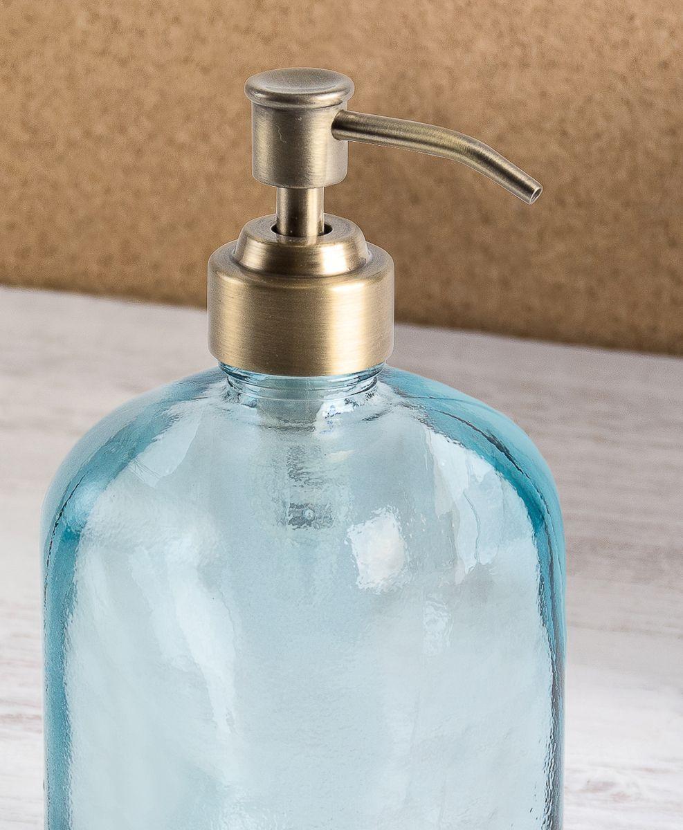 Дозатор для мыла с мягкими формами. Носик выполнен в металле, покрыт антикоррозийной краской цвета латунь. Все стеклянные изделия Naturel изготовлены из вторичного сырья, что оправдывает название коллекции не только в дизайне.