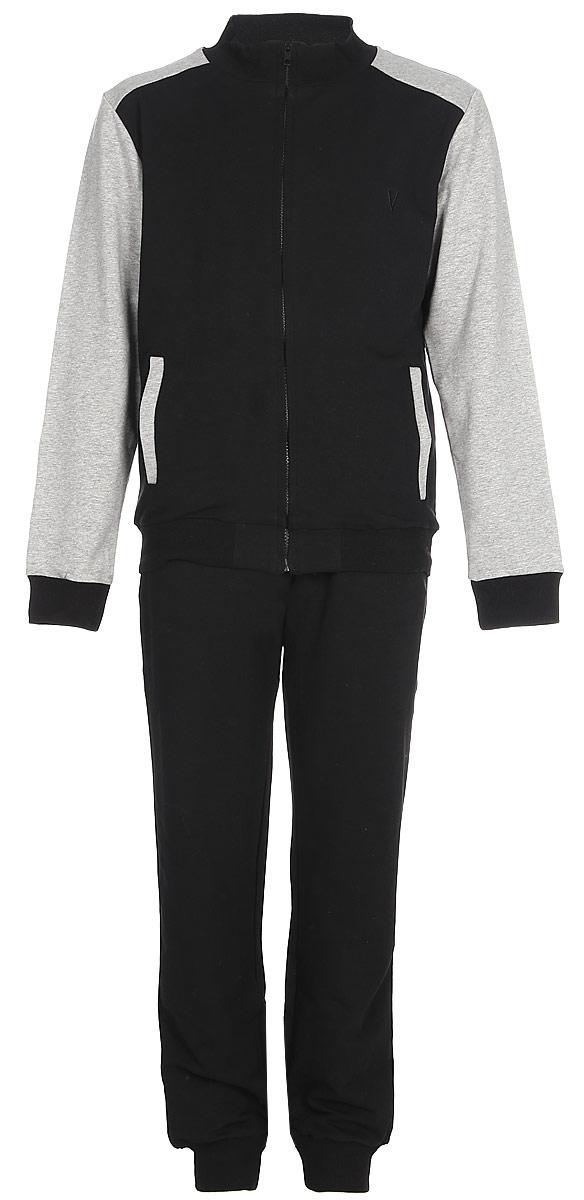 Спортивный костюм для мальчика Vitacci, цвет: черный. 1173037-03. Размер 1461173037-03Спортивный костюм для мальчика выполнен из хлопка и полиэстера.Толстовка с длинными рукавами застегивается на застежку молнию. Манжеты и низ модели выполнены из трикотажной резинки. Спортивные брюки в поясе имеют эластичную резинку.