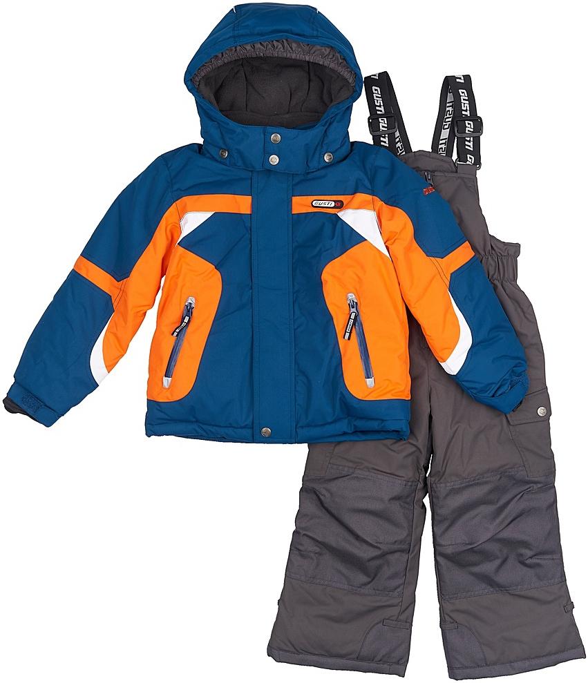 Комплект верхней одежды для мальчика Gusti, цвет: синий, оранжевый, серый. GWB 3306-SAILOR BLUE. Размер 104GWB 3306-SAILOR BLUEКомфортный и теплый комплект верхней одежды для девочки, состоящий из куртки и полукомбинезона, выполнен из мембранной ткани.Съемный капюшон на молниях с дополнительной утяжкой, спереди установлены две кнопки. Рукава с манжетами, регулируются липучкой. На куртке два кармана, застегивающиеся на молнию. Застежка-молния с внешней ветрозащитной планкой.Полукомбинезон на регулируемых подтяжках гарантирует посадку по фигуре. Колени, задняя поверхность бедер и низ брючин дополнительно усилены сверхпрочным материалом. Силиконовые отстегивающиеся штрипки на брючинах. Снегозащитная юбка фиксируется эластичным манжетом, предотвращая попадание снега внутрь. Модель оснащена светоотражающими элементами.