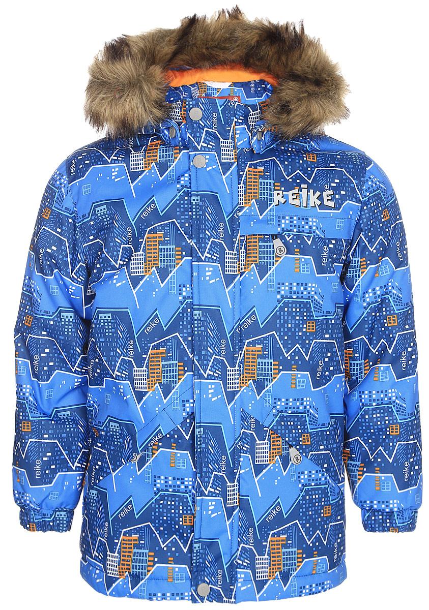 Куртка для мальчика Reike, цвет: синий. 399009_MNT blue. Размер 98399009_MNT blueКуртка для мальчика Reike Горы изготовлена из ветрозащитного, водоотталкивающего, дышащего материала с ярким молодежным принтом. Подкладка выполнена из принтованного полиэстера с флисовым подкладом. Куртка дополнена съемным регулирующимся капюшоном с отстегивающимся мехом, тремя карманами на молнии, светоотражающим элементом в виде логотипа Reike на спине. Ветрозащитная планка на кнопках и липучках вдоль молнии, манжеты на резинке и регулируемая утяжка внизу куртки создают дополнительную защиту от ветра. Базовый уровень. Коэффициент воздухопроницаемости куртки: 2000гр/м2/24 ч. Водоотталкивающее покрытие: 2000 мм.