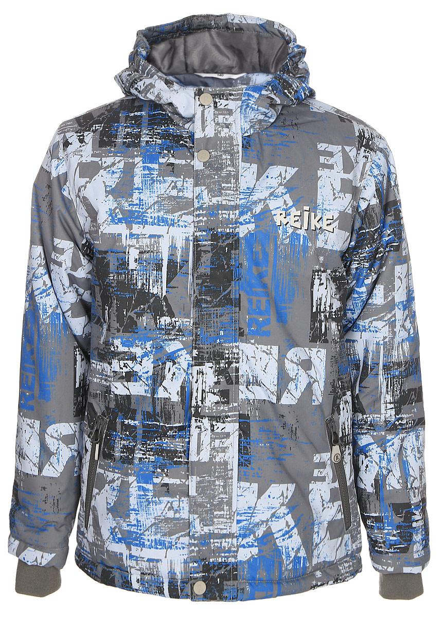 Куртка для мальчика Reike, цвет: серый. 397772_BS grey. Размер 140397772_BS greyКуртка для мальчика Reike выполнена из ветрозащитного, водоотталкивающего и дышащего материала с ярким молодежным принтом. Подкладка из принтованного полиэстера с подкладом из микрофлиса. Рукава оформлены эластичными трикотажными манжетами. Модель имеет регулирующийся капюшон, два кармана на молнии и светоотражатели на груди и спине. Высокий воротник-стойка, ветрозащитная планка на кнопках вдоль молнии и трикотажные манжеты создают дополнительную защиту от ветра. Базовый уровень. Коэффициент воздухопроницаемости куртки: 2000гр/м2/24 ч. Водоотталкивающее покрытие: 2000 мм.