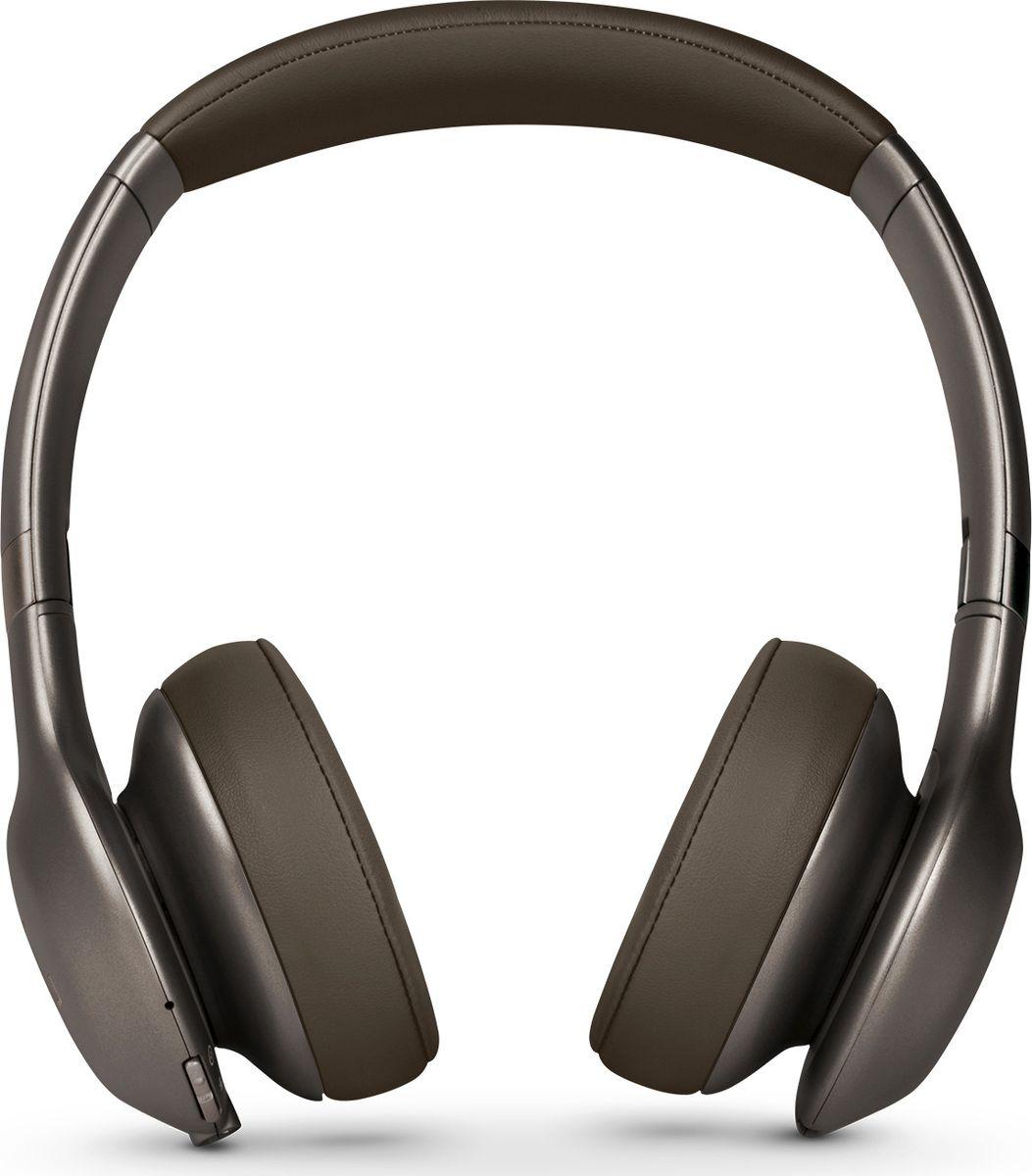 JBL Everest 310, Brown наушникиJBLV310BTBRNНаденьте наушники JBL Everest 310: вас ждет до 20 часов прослушивания без проводов, потрясающий легендарный звук JBL Pro, эргономичный комфорт благодаря отделке из премиум-материалов и удобному прилеганию амбушюр. Технология Share Me 2.0 позволяет делиться музыкой с друзьями через Bluetooth. Благодаря быстрой зарядке за 2 часа, элегантному складному дизайну и компактному жесткому чехлу эти наушники станут вашим идеальным попутчиком в частых поездках. Встроенный микрофон обеспечивает кристально чистый звук во время звонков в режиме hands-free, а удобные кнопки на чашке наушника позволяют выбирать нужную музыку. Наушники доступны в металлических оттенках. Они сделают музыку центром вашей жизни. Позвольте себе этот звук.