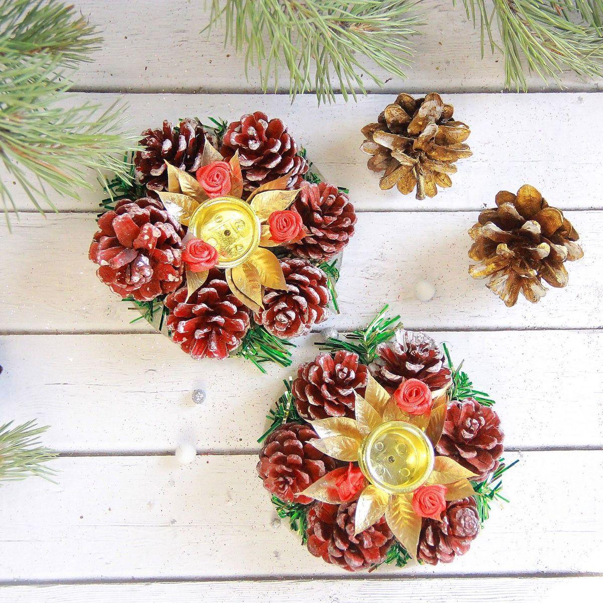 Подсвечник Sima-land Цветочный, диаметр 8 см, 2 шт2377899Новогодний подсвечник Sima-land, выполненный из шишек, пластика и металла, украсит интерьер вашего дома или офиса в преддверии Нового года. Оригинальный дизайн и красочное исполнение создадут праздничное настроение. Подсвечник украшен елочными веточками, шишками и цветами. Вы можете поставить подсвечник в любом месте, где он будет удачно смотреться, и радовать глаз. Кроме того - это отличный вариант подарка для ваших близких и друзей. В наборе два подсвечника.