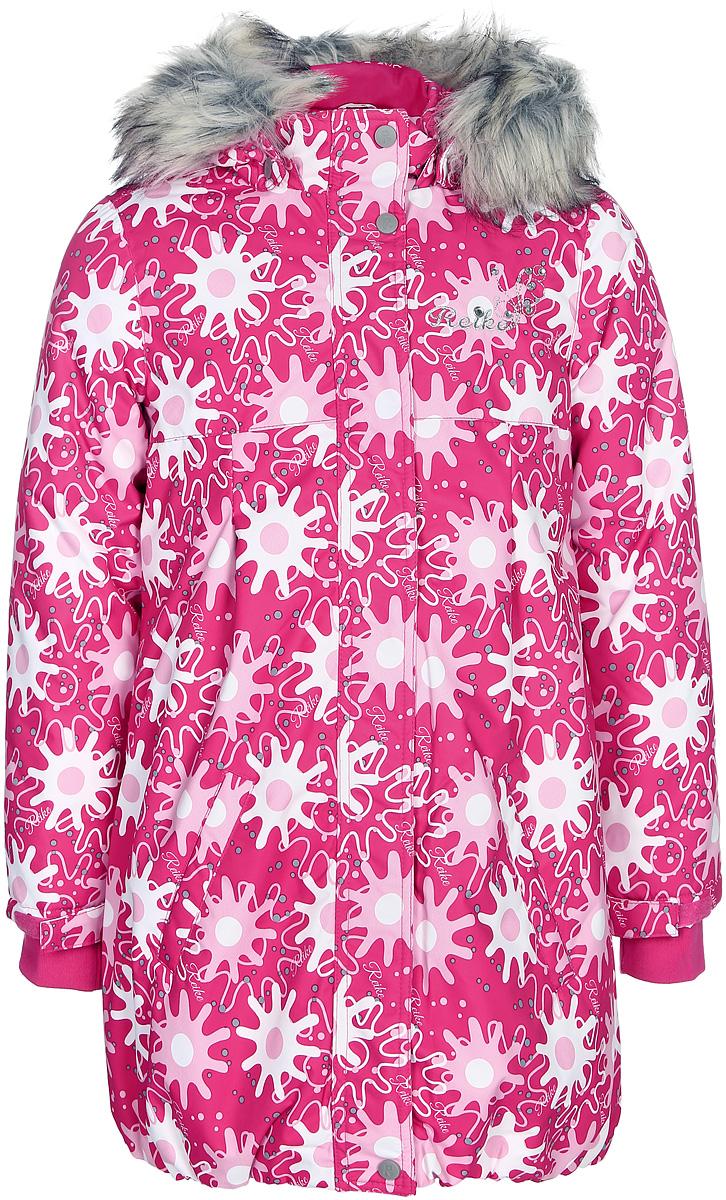 Куртка для девочки Reike, цвет: фуксия. 394465_WSR fuchsia. Размер 110394465_WSR fuchsiaКуртка для девочки Reike Зимние звезды изготовлена из ветрозащитного, водоотталкивающего, дышащего материала с ярким принтом в виде звезд. Подкладка выполнена из принтованного полиэстера с флисовым подкладом. Куртка с завышенной талией дополнена съемным регулирующимся капюшоном с отстегивающейся меховой опушкой, светоотражающими лентами и элементом на спине в форме звездочки, повторяющим узор принта, а также двумя карманами. На груди оригинальная серебристая вышивка логотипа Reike. Низ куртки присборен резинкой. Рукава на утяжке и ветрозащитная планка на кнопках и липучках по всей длине молнии не допускает проникновения холодного воздуха. Базовый уровень. Коэффициент воздухопроницаемости куртки: 2000гр/м2/24 ч. Водоотталкивающее покрытие: 2000 мм.