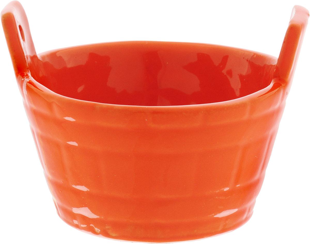 """Солонка Борисовская керамика """"Ушат"""", изготовленная из  глазурованной керамики, имеет оригинальный форму.  Изделие подойдет для хранения соли и специй, а также для  подачи на стол варенья или меда. Можно использовать в СВЧ печи и духовом шкафу. Размер солонки: 7,3 х 6 х 5,5 см."""