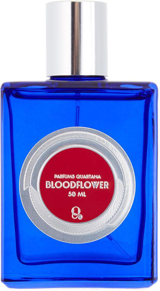 Parfums Quartana Парфюмерная вода Bloodflower, 50 млPQBLКровавый цветок (ваточник кюрасао) использовался в качестве яда в Бразилии, но его главная особенность – тот факт, что он участвует в превращении гусеницы в красивейшую бабочку Монарх, поэтому акцент в аромате был сделан на изменение запаха во время прослушивания аромата. Опираясь на название, мы решили придать аромату готическое настроение, добавив аккорд крови, но сделали его сладким с помощью десертного ликера – черной самбуки. В результате парфюм получился с легким намеком на вампиризм. Аромат также пропитан розой, полной темной романтики, а добавленные к этому коктейлю специи призваны разжигать страсть.