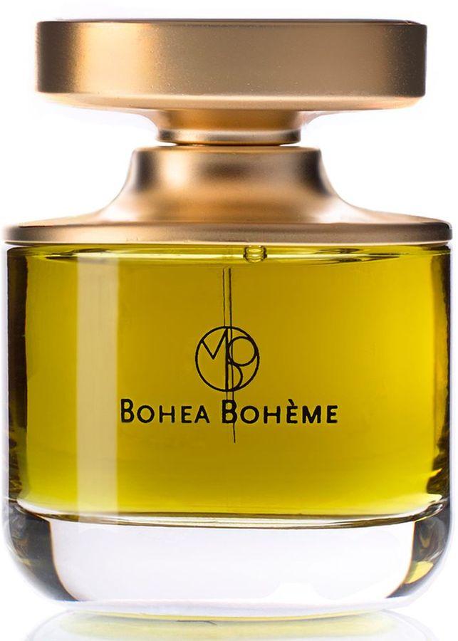 Mona Di Orio Парфюмерная вода Bohea Boheme, 75 млMDO0416Bohea Boheme запечатляет тлеющую изысканность особого чая сорта улун, культивируемого в горах Уишань в Китае. Драгоценный чай Бохи, как его раньше называли англичане, окуривается сосновыми деревьями и известен своим сложным ароматом и богатым вкусом. Теплота этого аромата заполняет пространство вокруг: элитный чай постепенно заваривается в настойке на ореховой амбре, медовых тополиных почках, смолах, дубе и гваяке. Роскошный древесный аромат со смолистым тембром, обольстительный и чуждый условностям.