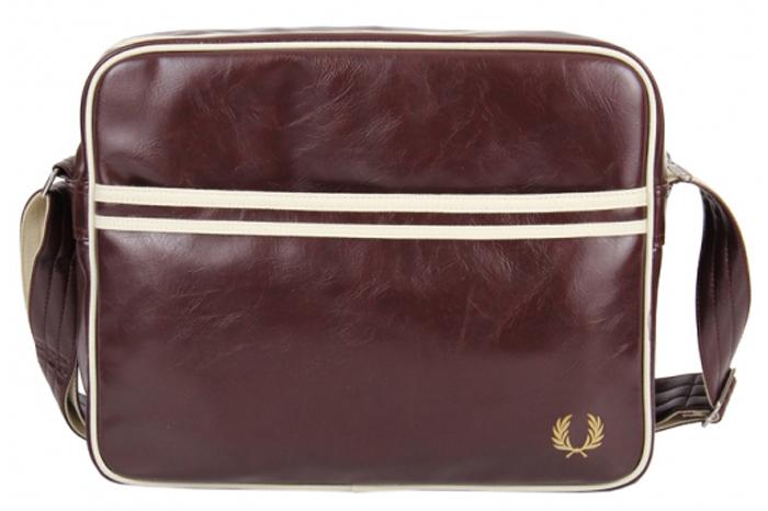 Сумка мужская Fred Perry Track Barrel Bag, цвет: красный, 48 x 26 x 35 см. L2208-106L2208-106Спортивная мужская сумка Fred Perry Track Barrel Bag - сумка-бочонок, классика на каждый сезон. Сумка выполнена из прочного полиэстера, имеет плечевой ремень и две ручки. Оснащена застежкой-молнией на верхней части. Имеет внешний накладной карман, а так же внутренний карман на молнии.