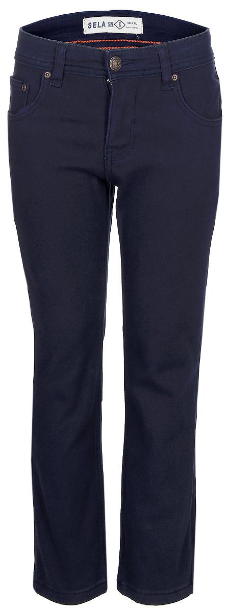 Брюки для мальчика Sela, цвет: темно-синий. P-815/067-7423. Размер 146, 11 летP-815/067-7423Утепленные брюки для мальчика от Sela выполнены из эластичного хлопка на флисовой подкладке. Модель прямого кроя в талии застегивается на пуговицу, имеются шлевки для ремня и ширинка на застежке-молнии. Брюки имеют классический пятикарманный крой.