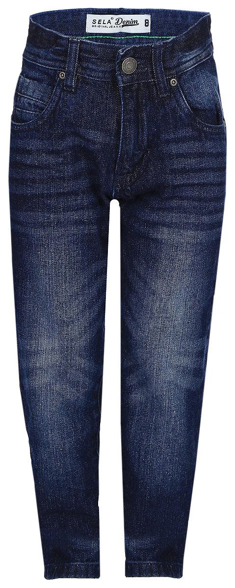 Брюки для мальчика Sela, цвет: темно-синий. PJ-835/024-7361. Размер 140, 10 летPJ-835/024-7361Джинсы для мальчика от Sela выполнены из натурального хлопка. Модель Slim в талии застегивается на пуговицу, имеются шлевки для ремня и ширинка на застежке-молнии. Джинсы имеют классический пятикарманный крой и оформлены перманентными складками и потертостями.