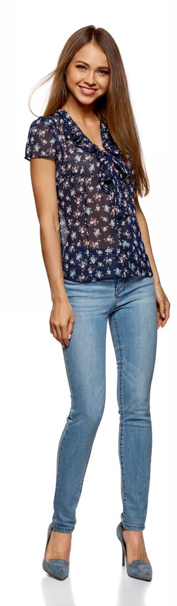 Блузка женская oodji Collection, цвет: темно-синий, розовый. 21406022-3/10466/7941F. Размер 36-170 (42-170)21406022-3/10466/7941FПриталенная блузка от oodji с короткими рукавами-фонариками. V-образный вырез украшен двойными воланами и завязывается на красивый бант. Блузка застегивается на пуговицы. Легкая шифоновая ткань красиво драпируется и практична в носке: блузка не мнется, быстро сохнет, не выцветает. Нарядная блузка для делового и повседневного гардероба прекрасно сочетается с прямыми юбками до колена, классическими брюками. Блузку можно надеть под пиджак, в этом случае вы получаете женственный деловой комплект для работы и официальных мероприятий. Из обуви прекрасно подойдут туфли-лодочки, балетки или босоножки на каблуке.