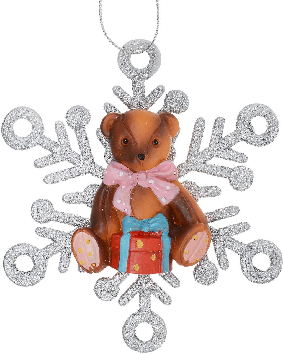 Украшение новогоднее подвесное Magic Time Мишка в снежинке, 11 х 11 х 1,5 см75626Новогоднее подвесное украшение Magic Time Мишка в снежинке отлично подойдет для декорации новогодней ели. Изделие, выполненное из полирезины и пластика, украшено блестками и оснащено специальной текстильной петелькой для подвешивания.Создайте в своем доме атмосферу веселья и радости, украшая всей семьей новогоднюю елку нарядными игрушками, которые будут из года в год накапливать теплоту воспоминаний.Размеры украшения: 11 х 11 х 1,5 см.