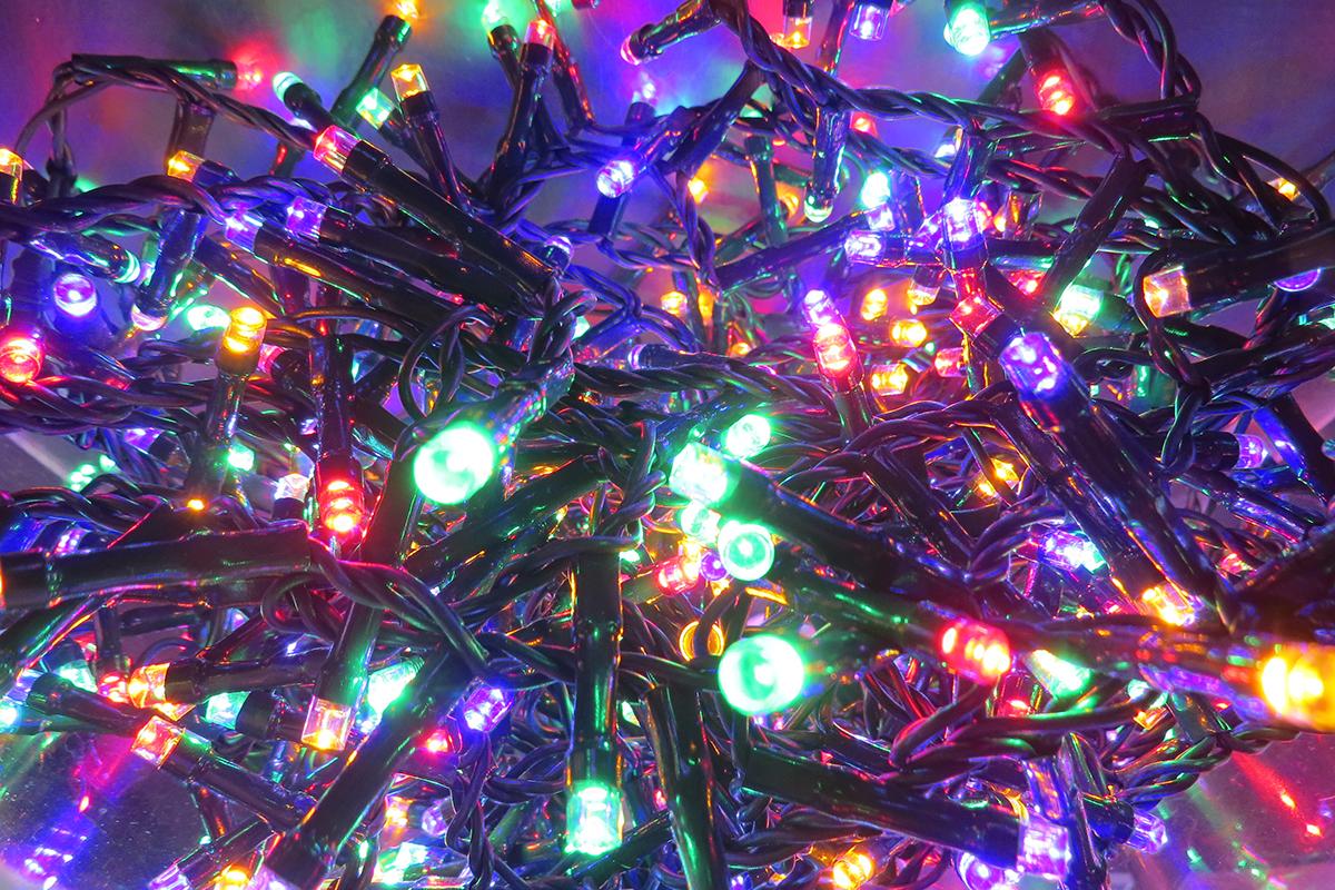 Гирлянда новогодняя Triumph Tree, с контроллером, свет: мультиколор, 700 LED ламп, для елки высотой 215 см83081 (1034276)Гирлянда Triumph Tree имеет 8 функций, контроллер, 700 ламп и предназначена для елки высотой 215 см. Возможно использовать как снаружи так и внутри помещения. Уникальность гирлянд Triumph Tree в том, что они сделаны точно под размер елки. В гирляндах Triumph Tree расстояние между лампочками самое минимальное из возможных - всего 2 см. Провод, соединяющий адаптер и световую гирлянду в моделях Triumph Tree - 3 метра. Производители провели специальный тест - элeктрoгирлянды Triumph Tree прекрасно работают даже под снегом, в темно время суток, создавая эффект настоящего праздника и поднимая настроение перед волшебной новогодней ночью.