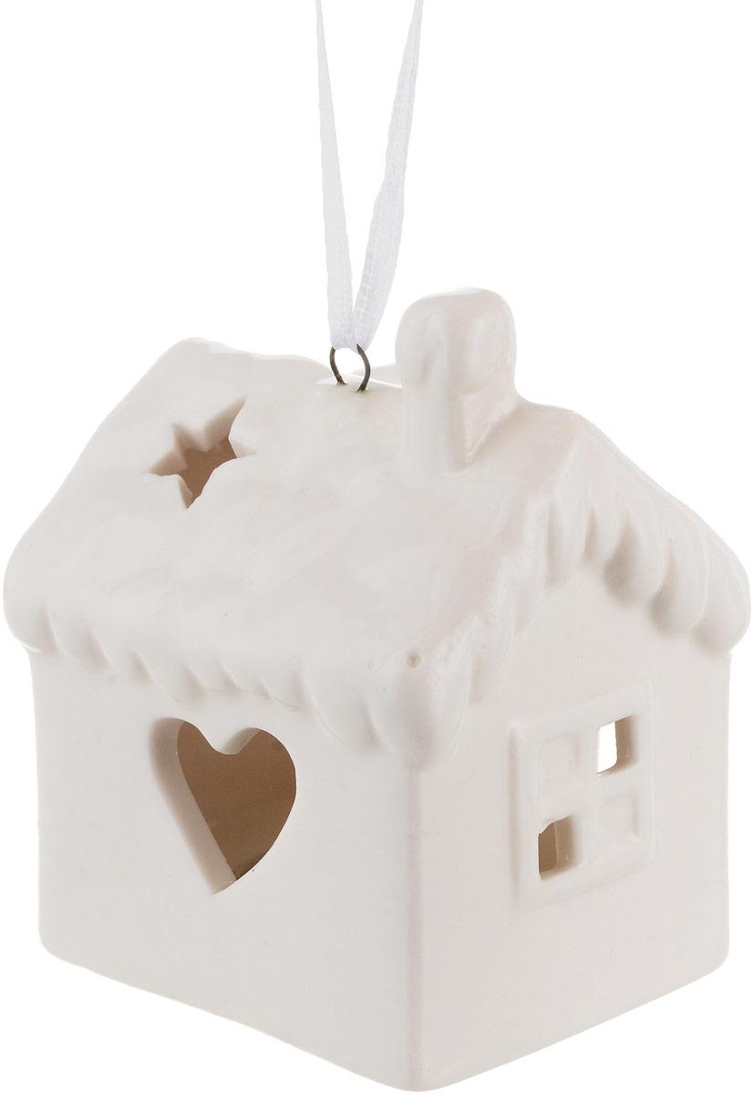 Украшение новогоднее подвесное Magic Time, с подсветкой. 7572575725Новогоднее подвесное украшение Magic Time отлично подойдет для декорации новогодней ели. Фигурка, изготовленная из фарфора, дополнена подсветкой. Создайте в своем доме атмосферу веселья и радости, украшая всей семьей новогоднюю елку нарядными игрушками, которые будут из года в год накапливать теплоту воспоминаний. Размеры украшения: 5,6 х 4,8 х 6,8 см