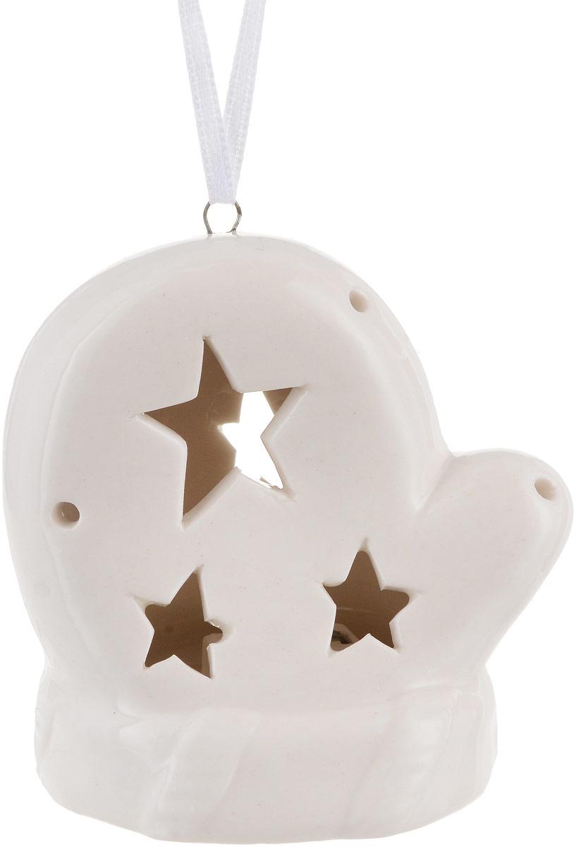 Украшение новогоднее подвесное Magic Time, с подсветкой. 7572375723Новогоднее подвесное украшение Magic Time отлично подойдет для декорации новогодней ели. Фигурка, изготовленная из фарфора, дополненаподсветкой.Создайте в своем доме атмосферу веселья и радости, украшая всей семьей новогоднюю елку нарядными игрушками, которые будут из года в годнакапливать теплоту воспоминаний.Размеры украшения: 6,5 х 5,5 х 7,5 см