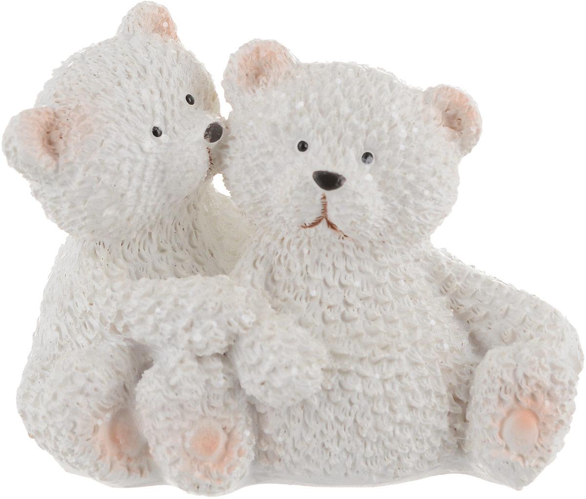 Фигурка декоративная Magic Time Зимние мишки75672Декоративная фигурка Magic Time Зимние мишки станет прекрасным дополнением к интерьеру. Изделие, изготовленное из полирезины, выполнено в виде двух медвежат. Вы можете поставить фигурку в любом месте, где она будет удачно смотреться и радовать глаз.Такая фигуркастанет отличным подарком для близких и друзей. Размеры: 7,5 х 5,5 х 6 см
