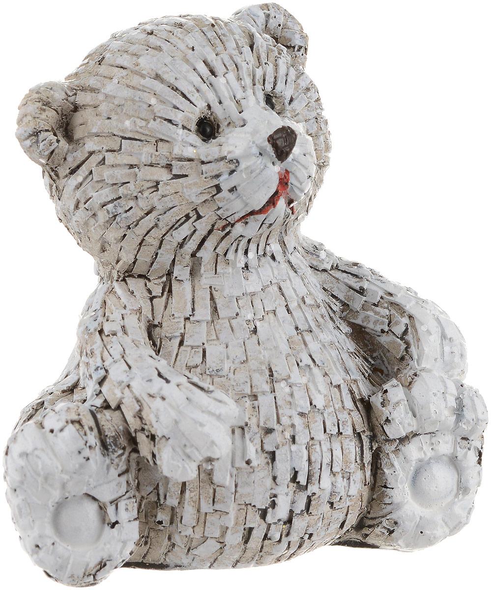 Фигурка декоративная Magic Time Пушистый мишка75671Декоративная фигурка Magic Time Пушистый мишка станет прекрасным дополнением к интерьеру. Изделие, изготовленное из полирезины, выполнено в виде медвежонка. Вы можете поставить фигурку в любом месте, где она будет удачно смотреться и радовать глаз.Такая фигуркастанет отличным подарком для близких и друзей. Размеры: 7 х 5 х 7 см