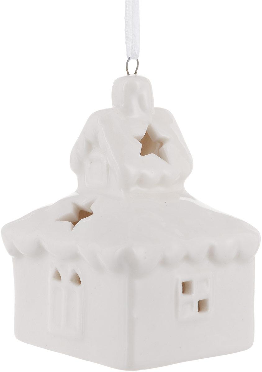 Украшение новогоднее подвесное Magic Time, с подсветкой. 7572675726Новогоднее подвесное украшение Magic Time отлично подойдет для декорации новогодней ели. Фигурка, изготовленная из фарфора, дополнена подсветкой. Создайте в своем доме атмосферу веселья и радости, украшая всей семьей новогоднюю елку нарядными игрушками, которые будут из года в год накапливать теплоту воспоминаний. Размеры украшения: 5,5 х 4,6 х 7,8 см
