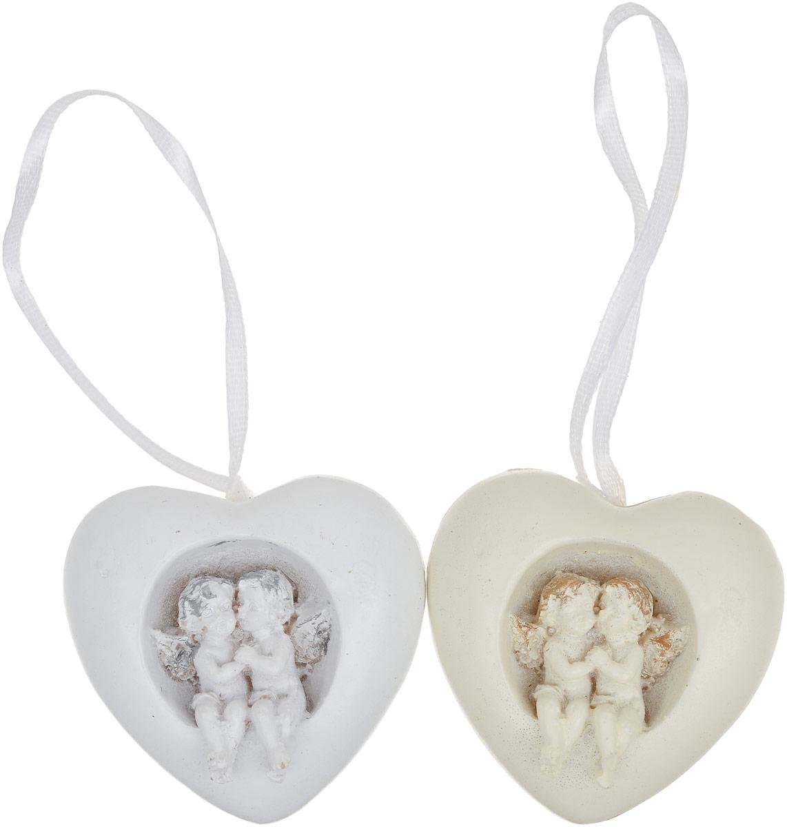 Украшение новогоднее подвесное Magic Time Любовь, 2 шт75397Набор Magic Time Любовь состоит из 2 подвесных украшений, выполненных из полирезины в виде сердец с объемными фигурками ангелочков. Изделия оснащены специальными текстильными ленточками для подвешивания.Такие украшения отлично подойдут для декорации новогодней ели. Создайте в своем доме атмосферу веселья и радости, украшая всей семьей новогоднюю елку нарядными игрушками, которые будут из года в год накапливать теплоту воспоминаний.Размер украшения: 10,8 х 5,2 х 3 см.